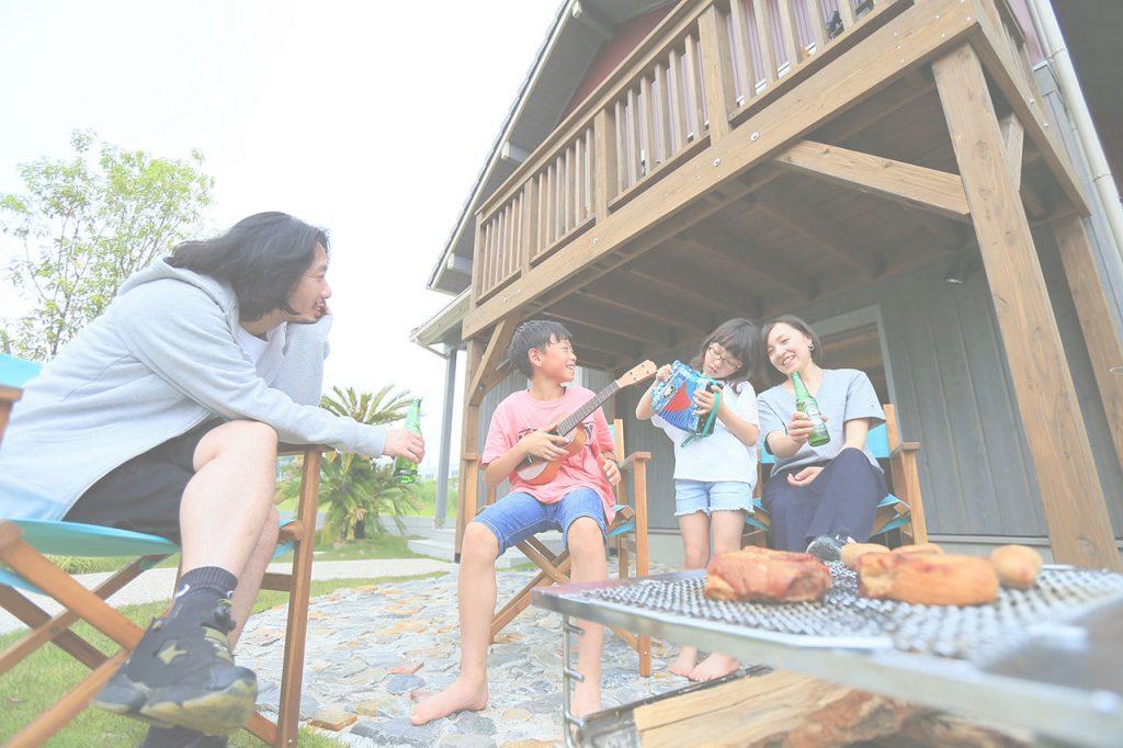 家の前で家族がバーベキューをしている画像